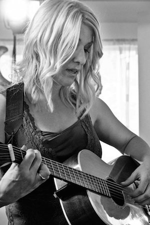 lucinda-guitar-black-white-300